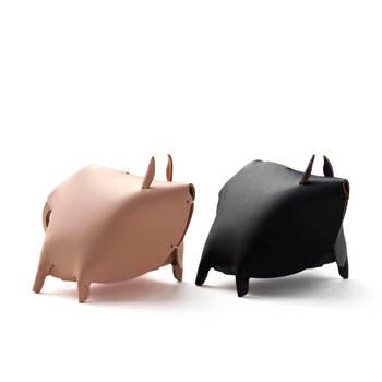 定番のブタさんの貯金箱が、レザーでかっこいい印象に。顔は描かれていませんが、パーツが細かくデザインされていて表情が想像できそうです。コインは背中の切れ目から入れられます。
