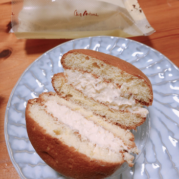東大阪の素材にこだわる地元に根ざした洋菓子店「シェ・アオタニ」一番人気の『石切ふわり』。地元石切神社の藤棚がふわふわな「石切藤地蔵」をヒントに作られたらしく、吉野葛を使用したふわっとした優しい口当たりの生地に軽い甘さのクリームがたっぷり挟まれた、誰もが喜ぶ一品です。お手頃価格なのも嬉しい。