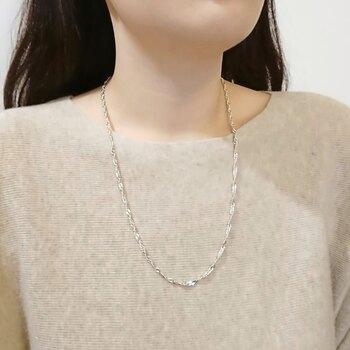 シルバーのシンプルなチェーンネックレスに、ねじりデザインをプラスしたアイテムです。程よく長さのあるネックレスなので、短めの小ぶりネックレスと組み合わせて重ね付するのもおすすめ♪