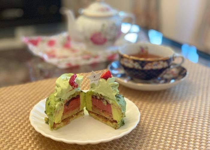 半分にすると、ピンク色のジュレやムースが登場。味わもちろん、断面の美しさを楽しめるのもうれしいですね。トップのクリームは軽め、チョコレートとその内側のクリームは濃厚と、同じピスタチオでも風味のコントラストが贅沢なケーキです。