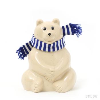 毎年デザインが違うマフラー付きのクマさんは大人気!冬のインテリアにもぴったりです。写真は2019年のブルー。今年は何色かな?とワクワクしますね。