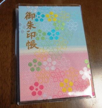 東京都国立市にある谷保天満宮。梅まつりで人気ですが、御朱印帳は「日本一キレイでかわいい」と言われていて大人気。御朱印ブームの先駆けとなった神社です。御朱印にも梅の柄が入っています。
