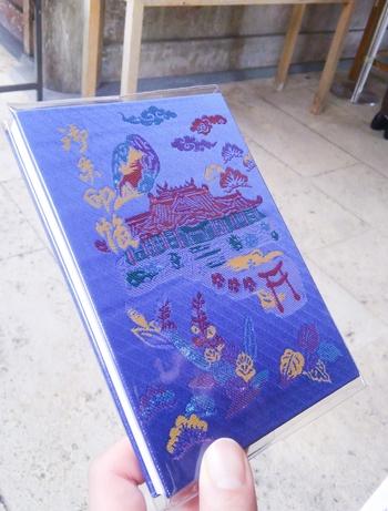 沖縄の普天満宮の御朱印帳は、沖縄らしい爽やかで自然豊かなデザイン。神社の奥には鍾乳洞があり、その中に奥宮が祀られています。神秘的な体験ができますよ。