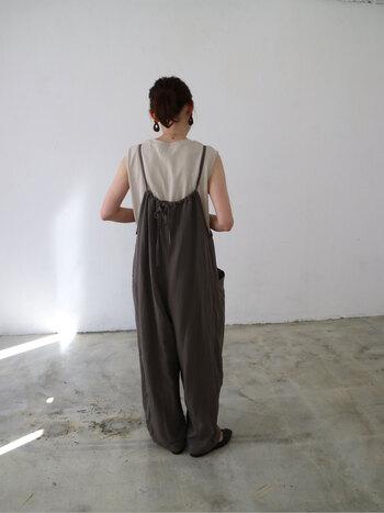 肩紐で調整してシルエットの変化を楽しめるシンプルなデザイン。リネン混素材が、程よいリラックス感漂うアイテムです。