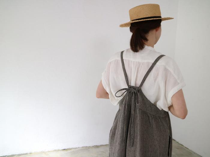 ふんわりと優しい雰囲気を醸し出してくれるバックスタイルにも注目。肩紐を後ろのホールで調整すれば、好みの着丈で着こなせます。