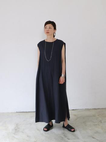 すとんとした落ち感の美シルエットのワンピースは、一枚でさらりと着てもサマになるアイテムです。後ろ肩にタックが入っているため、程よいドレープが揺れる上品なデザイン。縦長のIラインを作りだすので、すっきりとした着こなしが叶います。
