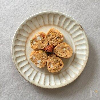 みじん切りにした白菜キムチを混ぜた卵焼き。卵液に、刻んだキムチを混ぜてから焼いていきます。残り物のキムチの使い道にもおすすめ◎