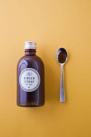 生姜の成分名を挙げると、主に「ジンゲロール」「ジンゲロン」「ショウガオール」の3つです。「ジンゲロン」が、上で述べたとおり「発汗を促すスパイスの香り」の成分になります。  注目したいのは、もともと生の生姜が多く含む「ジンゲロール」。これは加熱することで、生の生姜にはあまり含まれていなかった「ショウガオール」という成分に変身します。(80~100℃内のじっくり加熱が良い温度の目安/または加熱乾燥)  つまり・・・生の生姜を「ジンジャーシロップ」としていただくことで、生の生姜よりも「ショウガオール」を摂ることができ、より一層、温活の効果が期待できます。
