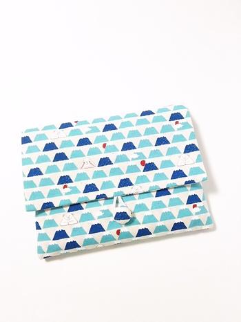 富士山柄の中に、うさぎとしろくまがいる御朱印帳ケース。他の物を入れるポーチとしても使えます。