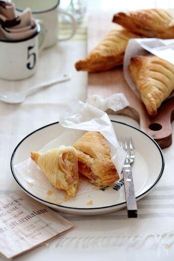 ハムと卵サラダをのせて焼くだけのお手軽レシピ!サンドウィッチではなくパイというのが新鮮ですね。朝ごはんにもぴったりです。