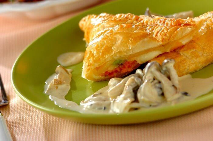 メインディッシュにもなるボリューミーな一品。パイの中からモッツァレラチーズがとろけます。しめじ入りのクリームソースをかけて召し上がれ!