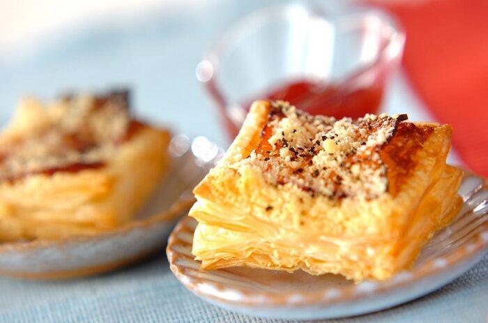 ベーコン、粉チーズ、黒胡椒を使ったしょっぱい系のパイ。おつまみにもおすすめです。ケチャップを付けて味変しても◎