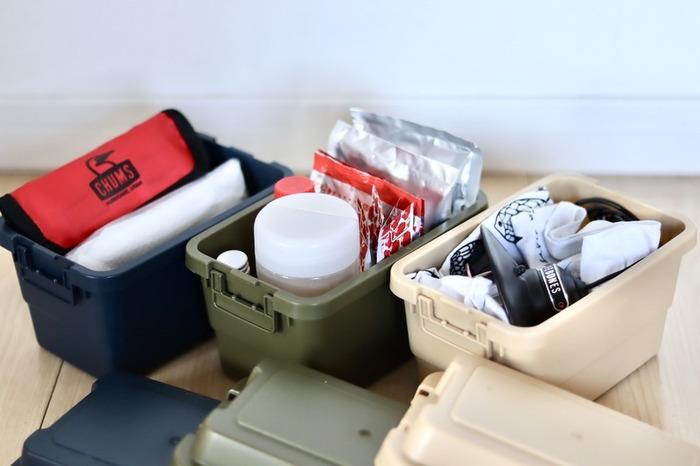 今大人気の、アウトドアやお庭での収納に使うコンテナボックスのミニチュア版ボックス。  小さいけれど耐熱温度120℃、耐冷温度-20℃と、食品の保存にも使えそうな本格的なボックスです。  カチッとロックできるので、小物収納にもおすすめ。