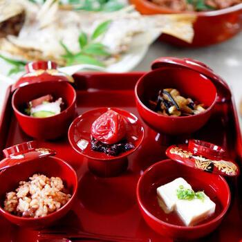 お食い初めの献立の基本は「一汁三菜」。地域によって異なりますが、鯛、お赤飯、煮物、吸い物、香の物を用意し、お食い初め用のお膳に盛り付けて行います。