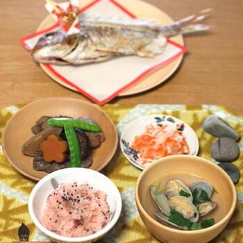 お食い初めとは、赤ちゃんが「一生食べ物に困らないように」という願いを込めて生後100日前後に行われる、日本の伝統行事のこと。両親や祖父母など、家族みんなでお祝いするのが一般的です。