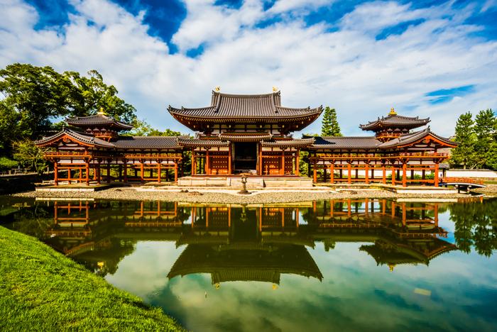 風の無い晴れた日には、建物正面の池が、鏡のように鳳凰堂を逆さに映し出し、幻想的で神秘的な光景を作り出しています。また10円玉の絵柄でも親しまれ、極楽浄土を想わせる鳳凰堂は、建立から1000年の時を経た現在でも、人々を魅了し続けており、毎年多くの参拝者がここを訪れています。