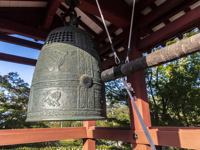 平等院には鳳凰堂と同じく11世紀頃に制作された梵鐘があります。鐘楼の中にある梵鐘は複製ですが、実物は鳳翔館で見ることができます。
