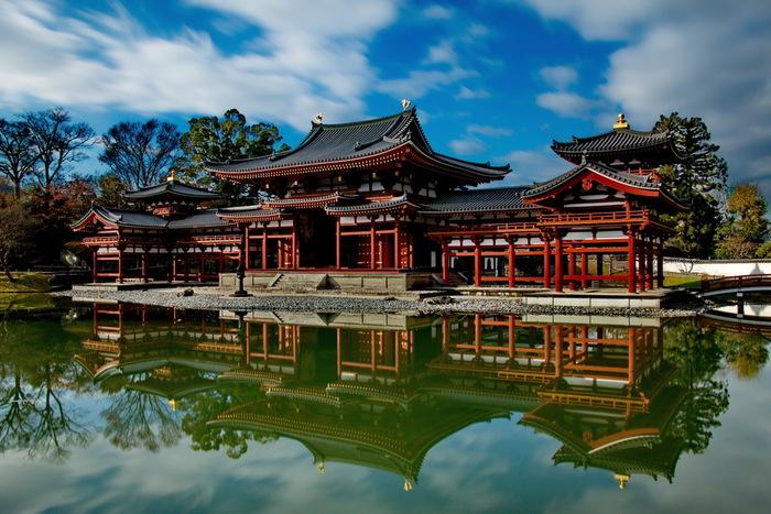 当時の平安時代は、仏教が衰えるとする末法思想が盛んであり、1052年は末法元年として人々に恐れられていたため、翌年の1053年に極楽浄土を現世に描いたような鳳凰堂が建立されたと伝えられています。