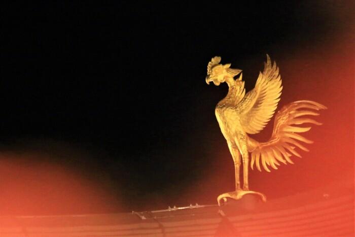 鳳凰堂の屋根の端には、その名の通り金色の鳳凰の装飾が施されています。