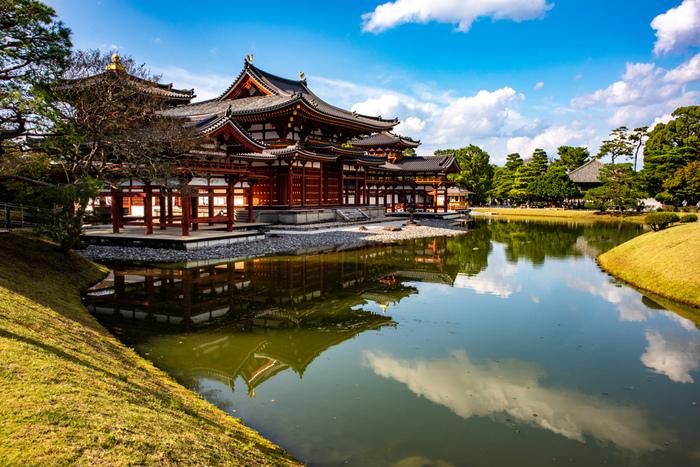 浄土式庭園を代表する鳳凰堂は、その名の通り、鳳凰が羽根を広げているかのような美しい姿で見る者を魅了します。
