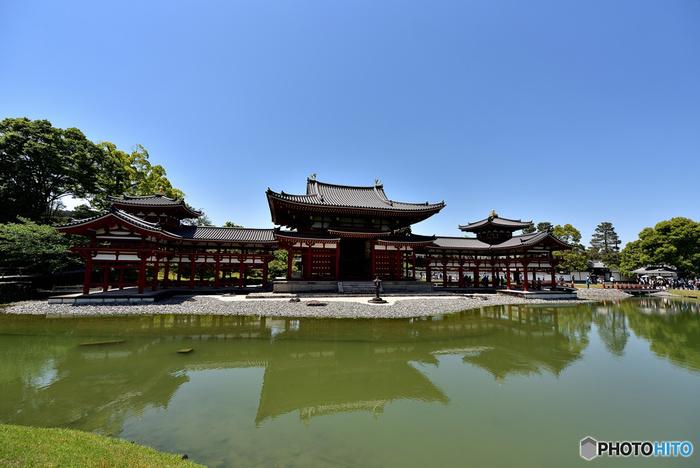 京都府宇治市にある平等院は、鳳凰堂をはじめ、多くの国宝と重要文化財を持つ世界遺産です。平等院は、1052年に関白であった有力貴族、藤原頼道が、別荘であった宇治殿を寺院に変えたことが始まりです。