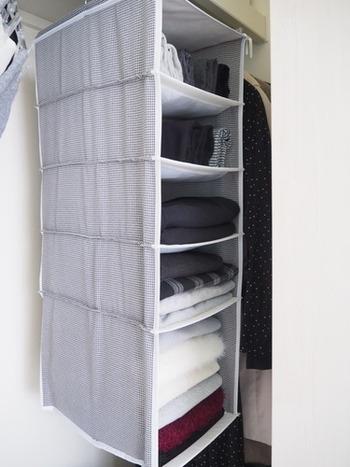 吊り下げ収納は、シーズンアイテムの整理に便利です。例えば秋冬は、タイツやレギンス、長袖のインナー、マフラーや手袋など…春夏なら、帽子やストール、アームカバーなどをまとめて整理できます。ニトリの吊り下げ収納は、一番下の段が大きくなっていて、厚手の衣類やバッグなども余裕で収納できます。