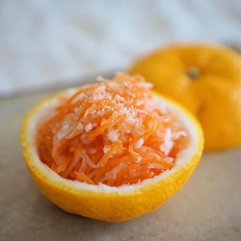 お砂糖の代わりに甘酒を使ったヘルシーな紅白なますのレシピもおすすめ◎ 柚子やすりごまをトッピングすれば、香り豊かに。