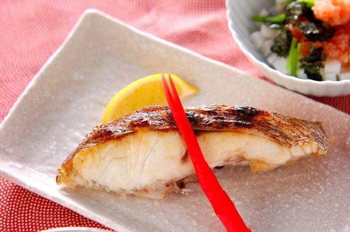 """""""めでたい""""という語呂合わせ、そして縁起のよい赤い身体の色をしていることから、昔からお祝いの席に欠かせない魚・鯛。本来は尾頭付きの鯛が使われますが、難しいときには切り身を使ってしまいましょう。オーブンやグリルを使って、こんがりと焼き上げます。"""