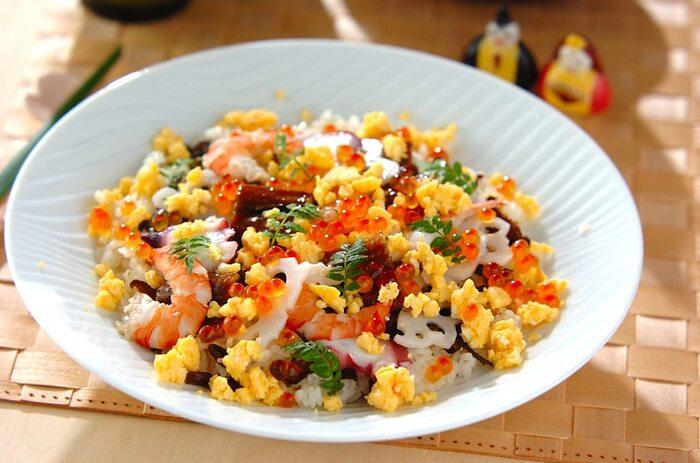 """華やかさを添えてくれる、ちらし寿司もおすすめ。縁起物のレンコンや、""""多幸""""の語呂合わせからタコを使ったレシピはいかがですか?"""