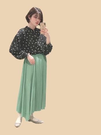 ドットのシャツとグリーンカラーのプリーツスカートに、あえて色味を抑えたグレージュのパンプスをチョイス。グレージュは、どんなコーデにも合わせやすく、装いに馴染んでくれます。靴下合わせにすることで、クラシックな雰囲気に。