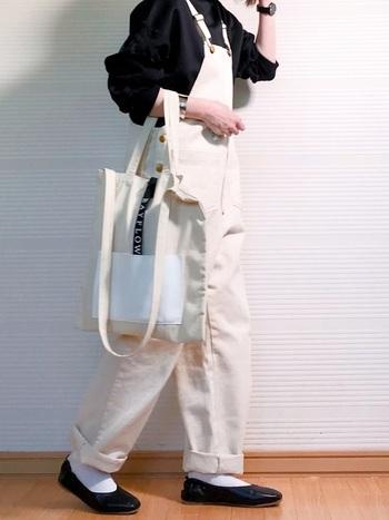 定番中の定番、黒パンプスに白のソックスを合わせた足元コーデ。こちらの着こなしのように全身モノトーンにするとカジュアルコーデも洗練されてみえますよ。