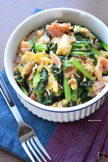 小松菜にベーコン、ちりめんじゃこと卵を炒め合わせた簡単にできるレシピ。めんつゆとバターでコクのある味わいに仕上がります。食卓に彩りをプラスしたい時やお弁当におすすめです。