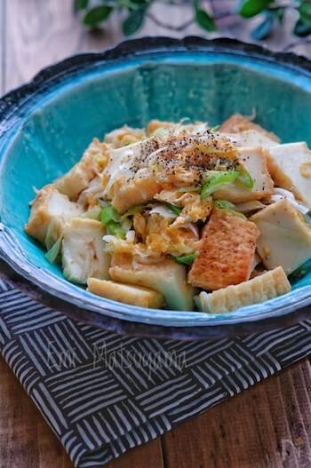 厚揚げとしらすにネギ、卵を炒めて作る一皿です。鶏ガラスープの素を使っているのでご飯にもよく合います。仕上に散らしたブラックペッパーがアクセント。厚揚げでボリューム感もあるレシピです。