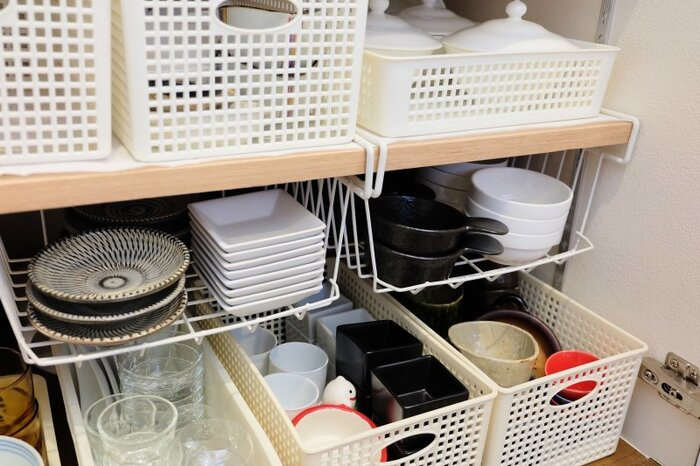 食器類やストック食材の収納スペースを確保したい時には、棚に吊り下げるワイヤーラックが便利です。こちらではダイソーのワイヤーラックを使用し、小皿の収納スペースを確保。上部のデッドスペースを上手く活かした収納方法です。