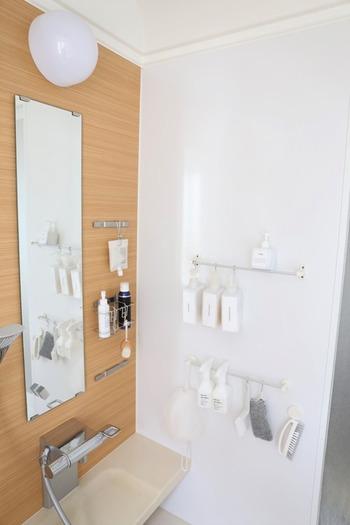 最後に、お風呂場や脱衣所での吊り下げ収納の活用アイデアをご紹介します。水分や湿気が気になるお風呂場・脱衣所では、吊り下げ収納が大活躍です!