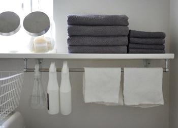お掃除用品に多いスプレーボトルもぜひ、吊り下げ収納で!すぐに使えて、片付けも簡単!飾り棚の下のデッドスペースを有効に使うことができそうです。