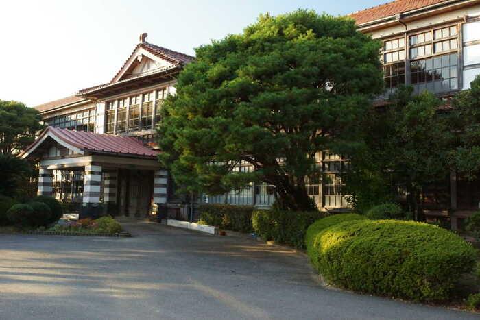 旧萩藩校明倫館は、18隻諸島に5代目萩藩主である毛利吉元が家臣の子弟教育のために建設した藩校です。広大な敷地内には学舎のほか、武芸修練上、練兵場などもあり、吉田松陰もここで教鞭をとっていました。