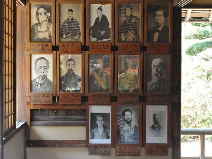 松下村塾には高杉晋作、伊藤博文をはじめ、吉田松陰の門下生たちの写真が掲げられています。これらの写真は、この場所が日本近代化へ原動力の担い手となった人々の偉業を静かに物語っています。
