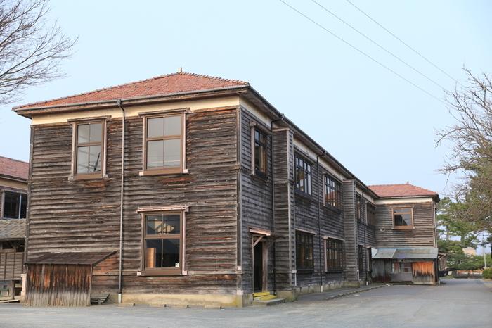 旧萩藩校明倫館の敷地内には、旧明倫館小学校があります。木造壁に赤色屋根をしたレトロな雰囲気を醸し出している校舎は、昭和10年に建てられたものです。