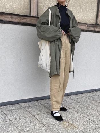 ミリタリージャケットとゆったりパンツのカジュアルコーデも、ストラップシューズを合わせることできちんと感のある印象に。白ソックスで爽やかな抜け感をプラスしています。