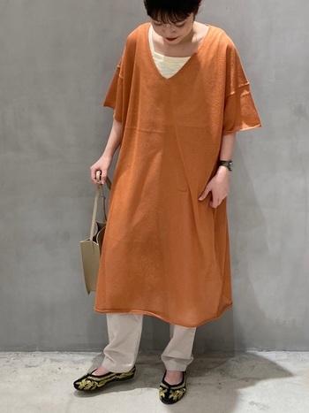 黒地にゴールド刺繍が目をひくチャイナシューズには、暖色のオレンジチュニックが相性抜群。インナーやパンツは明るめのカラーを合わせて春夏らしさを演出しています。