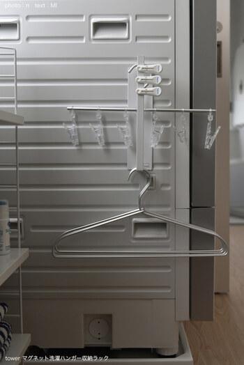 ハンガー用の収納ラックを使えば、スッキリきれいに収納できますよ。小さいサイズのピンチハンガーは、ご覧の通り。マグネット式のものを使えば、洗濯機の横のデッドスペースが、収納場所に早変わり!