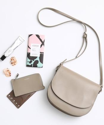綺麗めにもカジュアルにもマッチする万能な革製のショルダーバッグ。万能だからこそ、自分らしさをプラスした新鮮なコーデにしましょう♪