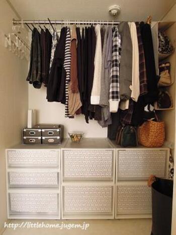 乾いた洗濯物を片付けるついでに、ピンチハンガーもお片付け。クローゼットを定位置にすれば、洗濯作業の流れにのってささっと片付けられます。衣類は掛ける派の方にぴったりの収納方法です。