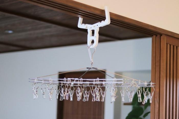 ニトリのステンレス製ピンチハンガーは、オールステンレス。錆びにくくて丈夫です。ピンチは絡まりにくい仕様で、使いやすいと評判◎クロスフックと合わせて使えば、空いたスペースでの部屋干しもストレスフリーに♪