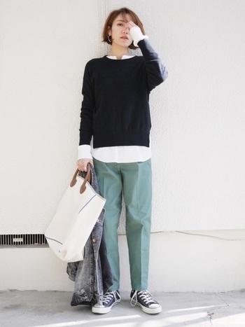 パンツ+スニーカーのカジュアルコーデに、ビッグバッグを合わせてコーデのポイントに。ピアスやリップなどで女性らしさをプラスすれば、お洒落なメンズライクコーデに。