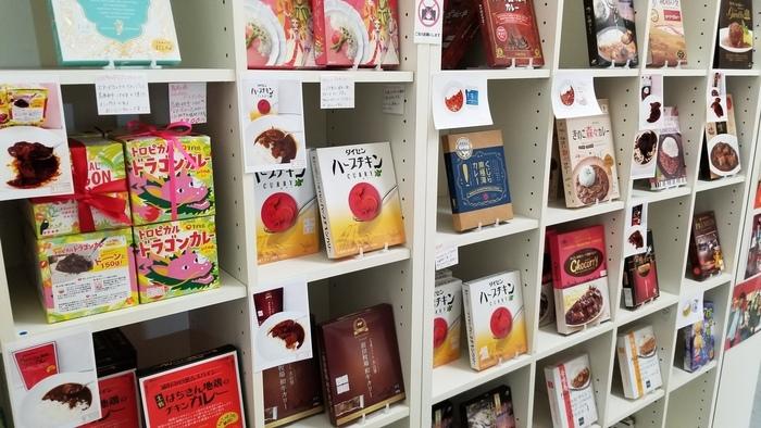 実際に食べて納得したものだけを仕入れているというこだわり。店内には300種類以上のご当地カレーが並んでいます。目をひくパッケージやキャッチコピーにワクワクしませんか?