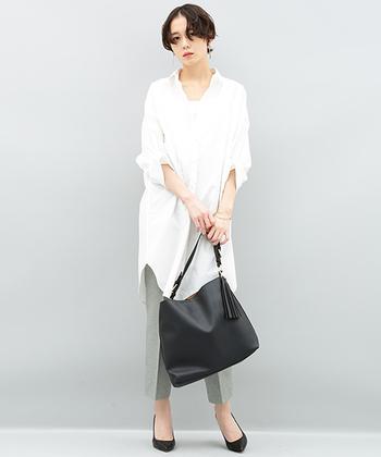 シンプルなロングシャツに綺麗なグリーンとグレーをミックスしたようなパンツを合わせて、爽やかに。シューズとバッグを黒で引き締め、きちんとした印象に。