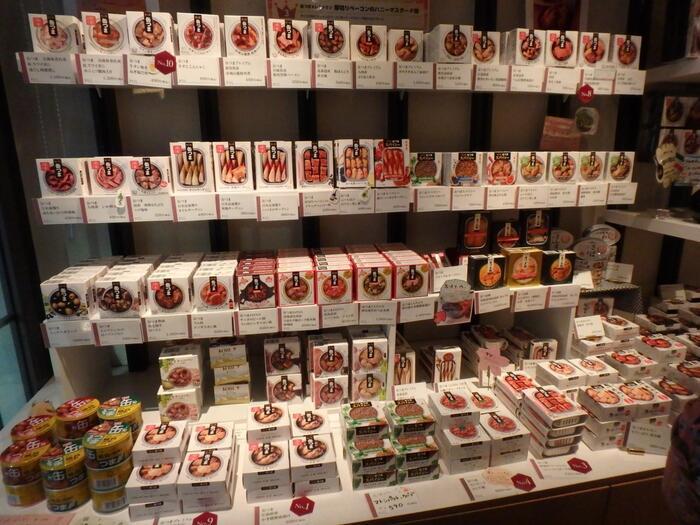 店内は国分のアンテナショップ「ROJI日本橋」と隣り合っていて、ここで販売している「缶つま」やお酒を使ったメニューがいただけます。お肉、お魚、お野菜それぞれをさまざまなテイストで加工している缶詰は種類が豊富。ご自宅用やギフト用に購入することもできますよ。