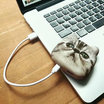 インパクト大な「猫型モバイルバッテリー」。猫好きさんなら思わず二度見してしまうユニークアイテムですが、スマホを約2回フル充電できるという、しっかりとした機能性も備えています。